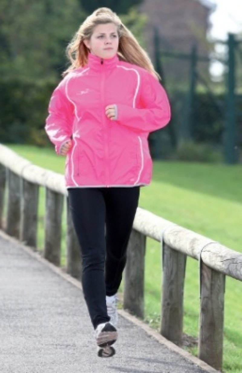 Decathlon offers women's running clothes for cold weather and warm weather running. Choose from running gear like jackets that will keep dry, tights that wick away moisture and trousers to keep your body temperature up. We stock for women at every level, from beginners to marathon runners.